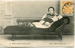 CHINE CARTE POSTALE -CHINOISE FAISANT LA SIESTE AVEC OBLITERATION TIENTSIN 13 (JUILLET) 18 - Chine