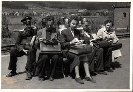 Photo Originale La Vie Du Banc Sur Un Quai De Gare Et Usagers Qui Attendent Leur Train En 1943 - Cartables De Cuir - Trains