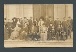 Un Groupe De Personnes Belles Toilettes Chapeaux Curistes En Villégiature  à CHATEL GUYON (63) -  CPA Carte PHOTO - Photos