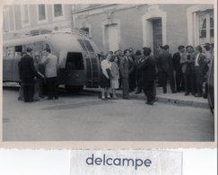 Photo   Authentique -  Autocar - Groupe De Personnes  En Attente Du Départ . - Automobile