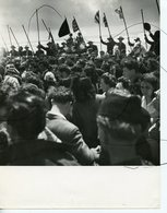 Photographie. Les Saintes-Maries-de-la-Mer . Pendant La Bénédiction De La Mer, Les Gardians Qui Entourent La Barque. - Luoghi