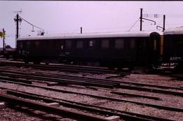 Photo Diapo Diapositive Slide Train Wagon Loco Locomotive Voiture Du Service V à Montereau En 08/1990 VOIR ZOOM - Diapositives