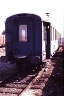 Photo Diapo Diapositive Slide Train Wagon Loco Locomotive Voiture Du Service V En Bout à Montereau En 08/1990 VOIR ZOOM - Diapositives