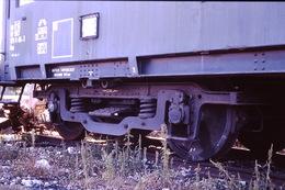 Photo Diapo Diapositive Slide Train Wagon Loco Locomotive Détail Bogie à Moret En 10/1990 VOIR ZOOM - Diapositives