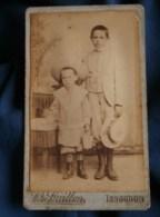 Photo CDV  Guillon à Issoudun  Deux Jeunes Garçons Grands Chapeaux (Max Et Raymond Meillard 1900) - L481F - Antiche (ante 1900)