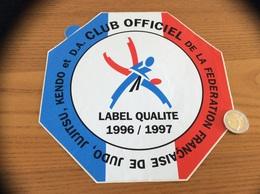 Grand AUTOCOLLANT, Sticker 1996/1997 «CLUB OFFICIEL DE LA FÉDÉRATION FRANÇAISE DE JUDO, JUJITSU, KENDO ET D.A.» - Autocollants
