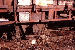 Photo Diapo Diapositive Slide Train Wagon Loco Locomotive Wagon Détail Boîte D'essieu à Montargis En 10/1990 VOIR ZOOM - Diapositives