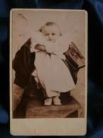 Photo CDV Anonyme - Bébé Maintenu Par Un Adulte Caché, Circa 1890 L484 - Photographs