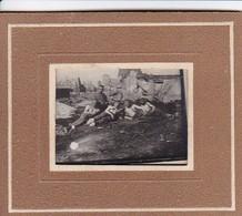 Foto Deutsche Soldaten Halbnackt Vor Ruinen - 1. WK - 5,5*4cm In Passepartout 10*8cm (46767) - Guerra, Militari