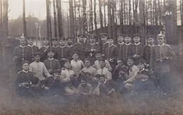 AK Foto Gruppe Deutsche Soldaten - Bierkrug Spielkarten Gewehr - Feldpost Königsbrück 1914 (46770) - Guerre 1914-18
