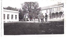 LA COURTINE   MILITAIREs DANS LA COUR  1934 - Guerra, Militari