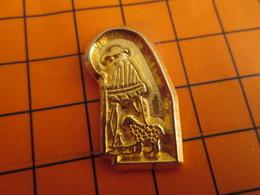 0120 Pin's Pins / Beau Et Rare  / THEME ANIMAUX / MOUTON AGNEAU ET SON BERGER METAL JAUNE - Animaux