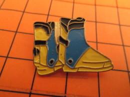 0120 Pin's Pins / Beau Et Rare  / THEME SPORTS / PAIRE DE CHAUSSURES DE SKI - Wintersport