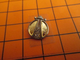 0120 Pin's Pins / Beau Et Rare  / THEME ANIMAUX / METAL JAUNE INSECTE HANNETON COCCINELLE ? - Animaux