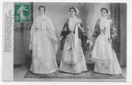 (RECTO / VERSO) DOUARNENEZ SUR MER EN 1908 - JEUNES FEMMES EN COSTUMES - LEGER PLI ANGLE HT A GAUCHE - CPA VOYAGEE - Douarnenez