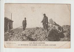 PHOTO DE  LES  BRANCARDIERS -- LA RECHERCHE DES BLESSES AVEC LE CHIEN SANITAIRE - Guerra 1914-18