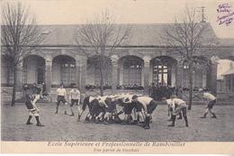 RAMBOUILLET  DANS LES YVELINES  ECOLE SUPERIEURE  ET PROFESSIONNELLE  UNE PARTIE DE FOOTBALL    CPA  CIRCULEE - Rambouillet