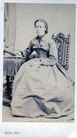 Carte De Visite  D'une Femme élégante Assise Dans Un Studio Photo Vers 1880 A LAVAL - Personnes Anonymes