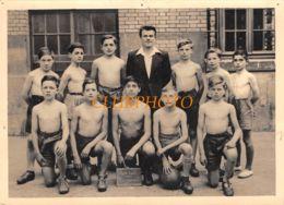GRANDE PHOTO : FOOTBALL -  S.P.L - EQUIPE A IDENTIFIER - JEUNE HOMME TORSE NU -  FOOT SOCCER - Sports