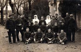 Carte Photo Originale Guerre 1914/18 & Correspondance D'Oloron En  1915 - Groupe De Poilus & 2 Infirmières Pour Le Front - Krieg, Militär
