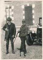 Snapshot Deux Chasseurs Chasse Fusils Chien Voiture Ancienne Autmobile Hunter - Sports