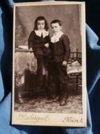 Photo CDV  Duburguet à Niort  Deux Jeunes Garçons  Col Avec Des Gros Noeuds  CA 1895-1900 - L481F - Fotos