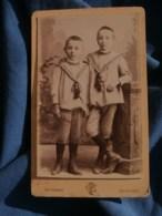 Photo CDV Ch; Poupat à Bourges - Deux Jeunes Garçon Habillés à L'identique, Vers 1890 L485 - Fotos