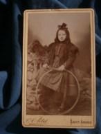 Photo CDV A. Petit à Saint Amand - Fillette Et Son Cerceau, Vers 1895-1900 L485 - Fotos