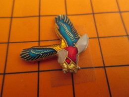 0220 Pin's Pins / Beau Et Rare  / THEME ANIMAUX / OISEAU EN VOL AIGLE TRICOLORE - Animaux