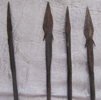 Art Africain 4 Flèches En Bois Une Cassée Embout Fer  Longueur Moyenne 51 Cm Pointes 9,5 Cm - Arte Africano