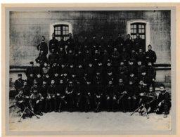 Militaria Indochine Grande Photo Cartonnée Soldats Annamites (N°56 Sur Cols) Et Officiers Français ((mitrailleuses) - Guerre, Militaire