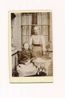 Photos Sur Carton Deux Jeunes Filles Young Girls Extérieur Table Mode Vintage - Fotos