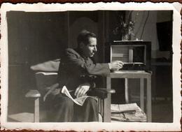 Photo Originale Papa Réglant & écoutyant Son Poste T.S.F. à Praz Coutant En 09/1949 - Savoie - Oggetti