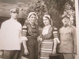 Serbia / Vrnjačka Banja, 1936. - Two Officers And Women In National Costume ( Photo Postcard ) - Serbie