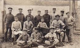 AK Foto Deutsche Soldaten Mit Putzzeug, Brot, Kaffeetasse, Ziehharmonika - 1917 (46794) - Guerra 1914-18