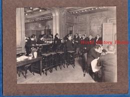 Photo Ancienne - PARIS - Bel Hôtel ? Restaurant ? - Salle à Identifier - Célébrité ? - Bar Bouteille Notable Costume - Fotos