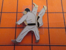 2719 Pin's Pins / Beau Et Rare  / THEME SPORTS / BAGARRE EN PYJAMA JUDO - Judo