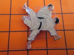 2719 Pin's Pins / Beau Et Rare  / THEME SPORTS / ENCORE DE LA BAGARRE EN PYJAMA JUDO - Judo