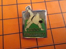 2719 Pin's Pins / Beau Et Rare  / THEME SPORTS / BAGARRE EN PYJAMA JUDO B CARABETTA CLUB KINGERSHEIM - Judo