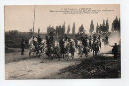 - CPA EN PROVENCE (13) - L'ABRIVADO - Arrivée Des Gardians Entourant Les Taureaux Pour La Course De La Fête Au Village - - Francia