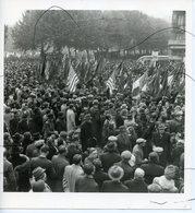 PHOTOGRAPHIE.  LYON. MAI 1945. Fête De L'armistice , La Foule Lyonnaise Au Départ Du Défile Place BELLECOUR. - Places