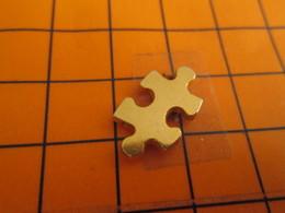 2419 Pin's Pins / Beau Et Rare / THEME JEUX / PIECE DE PUZZLE METAL JAUNE - Animaux