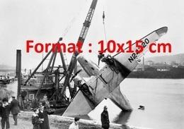 Reproduction D'une Photographie Ancienne D'une Péniche Grue Sortant De L'eau Un Avion De Transport DC-3 - Reproductions