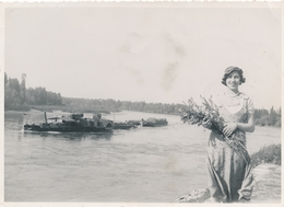 Grande Argentique 1934 Anna Biola La Roche De Glun Femme Fleurs Bateaux Péniche - Lieux