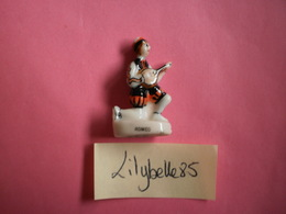 Feve Ancienne En Porcelaine - ROMEO - Serie AMOUREUX CELEBRES 1997 ( Feves Figurine Miniature ) Rare - Personnages