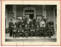 PHOTOGRAPHIE Ancienne. Ouvriers Du P. L. M. Qui Posent Pour La Photo A L'intérieur De La Gare. LOUHANS Inscrit Sur Lampe - Places