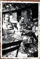Photo Originale Guerre 1939/45 - Portrait De 2 Soldats Français Buvant En Terrasse Vers 1939/40 - Oorlog, Militair