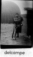 MILITARIA - Photo Rare  - JEUXEY  (88)  Sept 1914 - Ballon Dirigeable - Soldat Posant Le Pied Sur Un Casque Allemand - Krieg, Militär