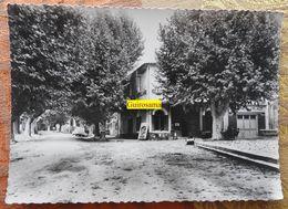 Bedoin (Vaucluse) : Café-restaurant De La Place - 2CV - 1939 ? - Hotels & Restaurants
