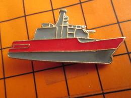2619 Pin's Pins / Beau Et Rare / THEME BATEAUX / PETIT NAVIRE DE GUERRE ROUGE ET GRIS - Barcos